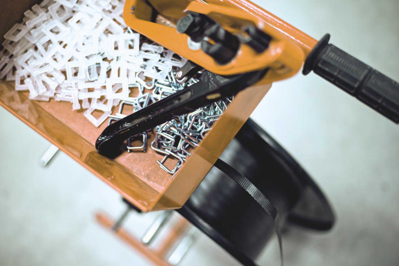 Vázací pásky a spony